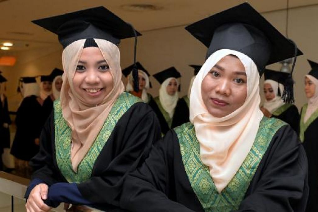 PELAJAR TERBAIK: Cik Kurnia Siti Robiyah (kanan) dan Cik Zulaiha Abdul Malek muncul sebagai pelajar terbaik dalam kohort masing-masing bagi kursus diploma Kolej Islam Muhammadiyah. - Foto M.O. SALLEH