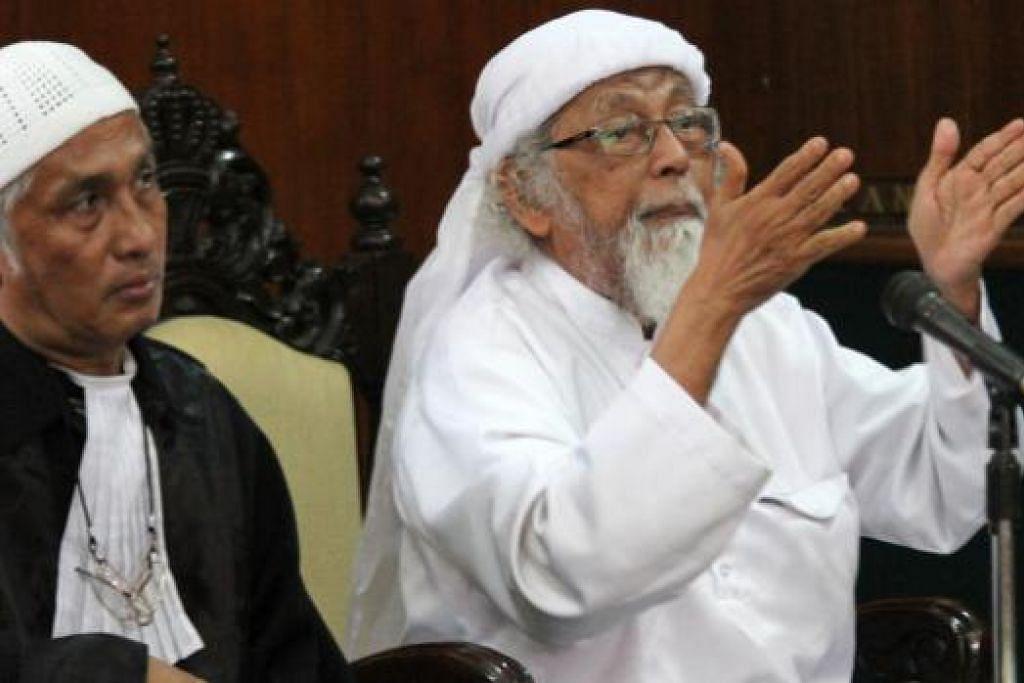 Abu Bakar Bashir (kanan), yang dianggap sebagai pemimpin kerohanian JI di Indonesia, bercakap semasa perbicaraan di mahkamah di Cilacap, Jawa Tengah pada 9 Februari 2016. Bashir sedang merayu agar diketepikan sabitannya pada 2011 kerana membiayai kumpulan militan. Gambar AFP