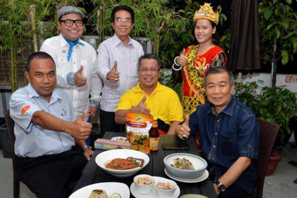 MAKANAN SARAWAK: Cef selebriti, Cef Mel Dean (dua dari kiri), dan Pengarah Urusan MegaXpress, Encik Hamzah Haji Abdullah (tiga dari kiri), bersama hadirin yang lain meraikan promosi juadah tradisional Sarawak minggu lalu. - Foto M.O. SALLEH