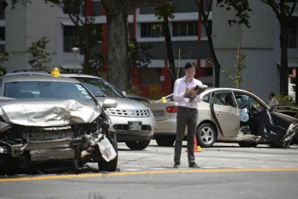 MALANG TIDAK BERBAU: Ketiga-tiga kereta yang terlibat dalam nahas di simpang Sengkang Central dan Buangkok Drive remuk teruk. - Foto THE STRAITS TIMES