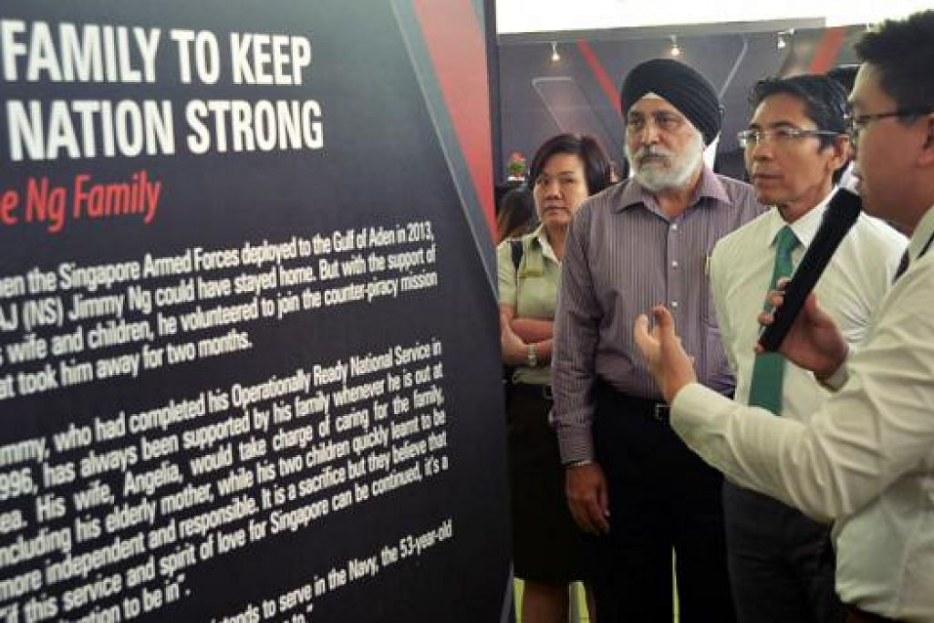 KEKALKAN KEKUATAN SINGAPURA: Dr Maliki (dua dari kanan) dibawa keliling pameran Pertahanan Mutlak 2016 yang bertemakan 'Together We Keep Singapore Strong' yang diadakan di Marketplace, Taman Di Persisiran. - Foto KHALID BABA