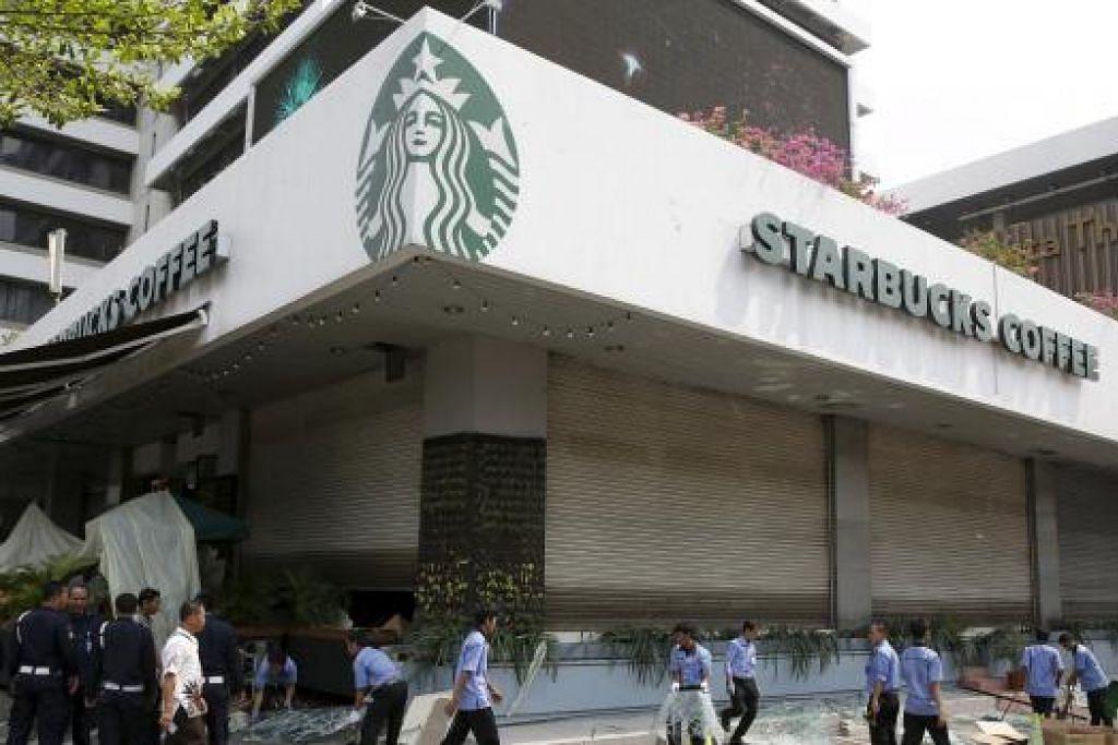 Pekerja membersihkan serpihan di luar kafe Starbucks yang menjadi pusat serangan militan di Jakarta pada 14 Januari 2016. Gambar REUTERS