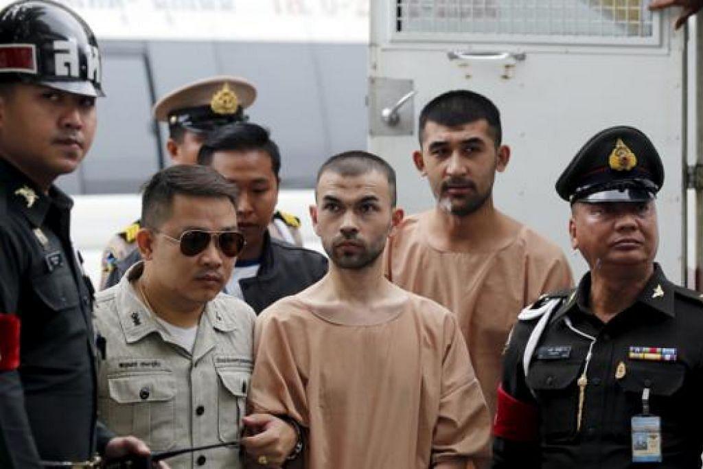 MULA DIBICARAKAN: Suspek pengeboman Bangkok, Bilal Mohammed (tengah) dan Yusufu Mieraili (dua dari kanan), digiring oleh pegawai penjara sedang mereka tiba di mahkamah tentera di Bangkok semalam. - Foto REUTERS