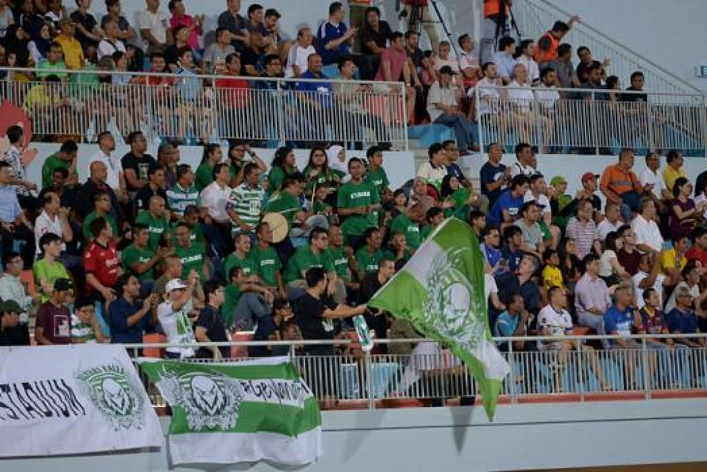 STADIUM HAMPIR PENUH: Seramai 2,930 peminat 'turun padang' menyaksikan perlawanan 'Derby' Timur antara dua kelab gergasi setempat, Tampines Rovers dengan Geylang International. - Foto-foto TUKIMAN WARJI