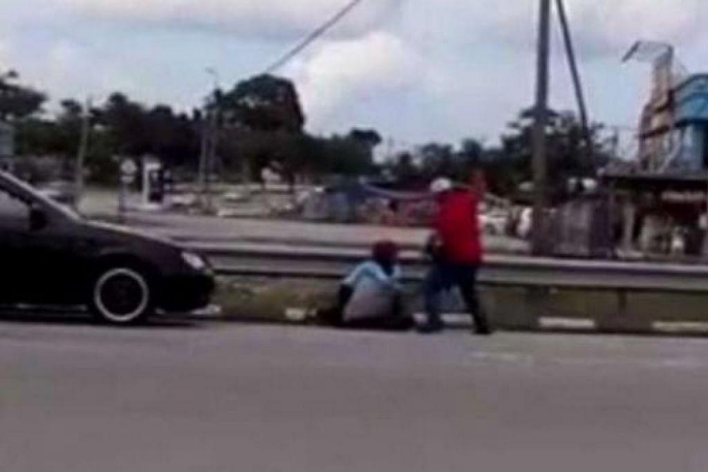 CETUS KEMARAHAN RAMAI: Video lelaki yang memukul isterinya di Plaza Tol Ayer Hitam ini menjadi viral hingga mencetuskan kemarahan orang ramai yang mahu supaya dia diheret ke muka pengadilan. - Foto THE STAR