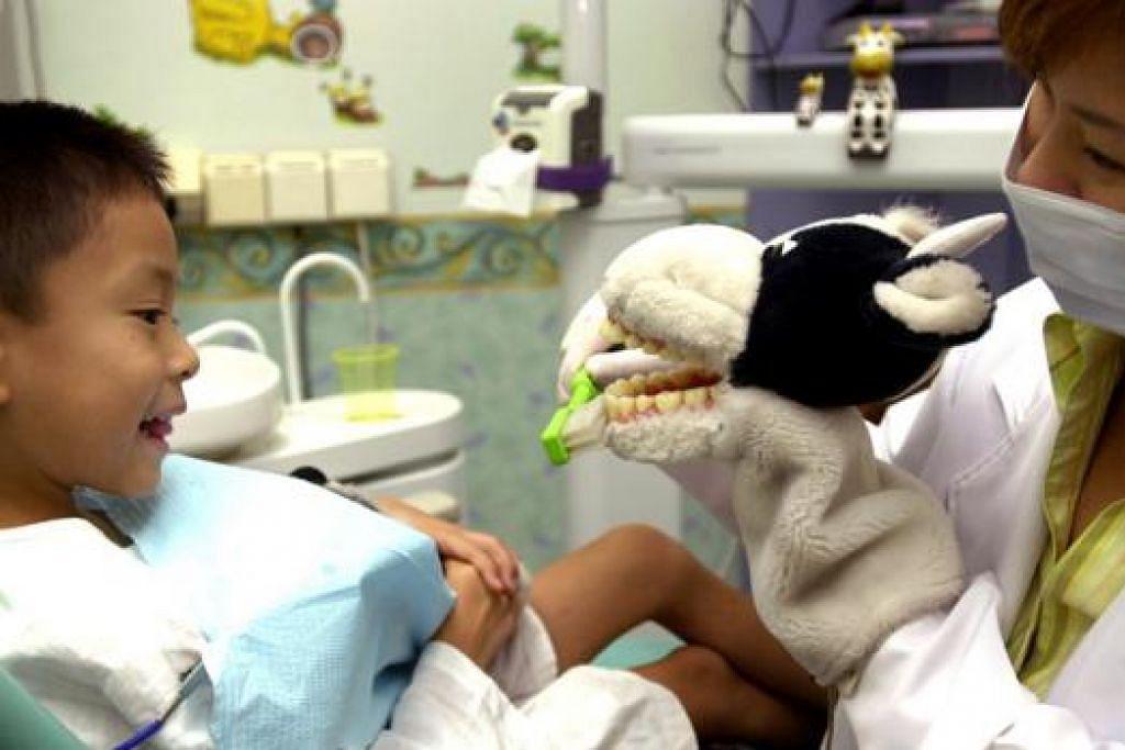 JAGA GIGI SEMASA KECIL: Kos penjagaan gigi hampir 40 peratus lebih rendah dalam tempoh lima tahun bagi kanak-kanak yang berjumpa doktor gigi menjelang usia lima tahun, menurut Pusat bagi Kawalan dan Pencegahan Penyakit (CDC) di Amerika Syarikat. – Foto fail