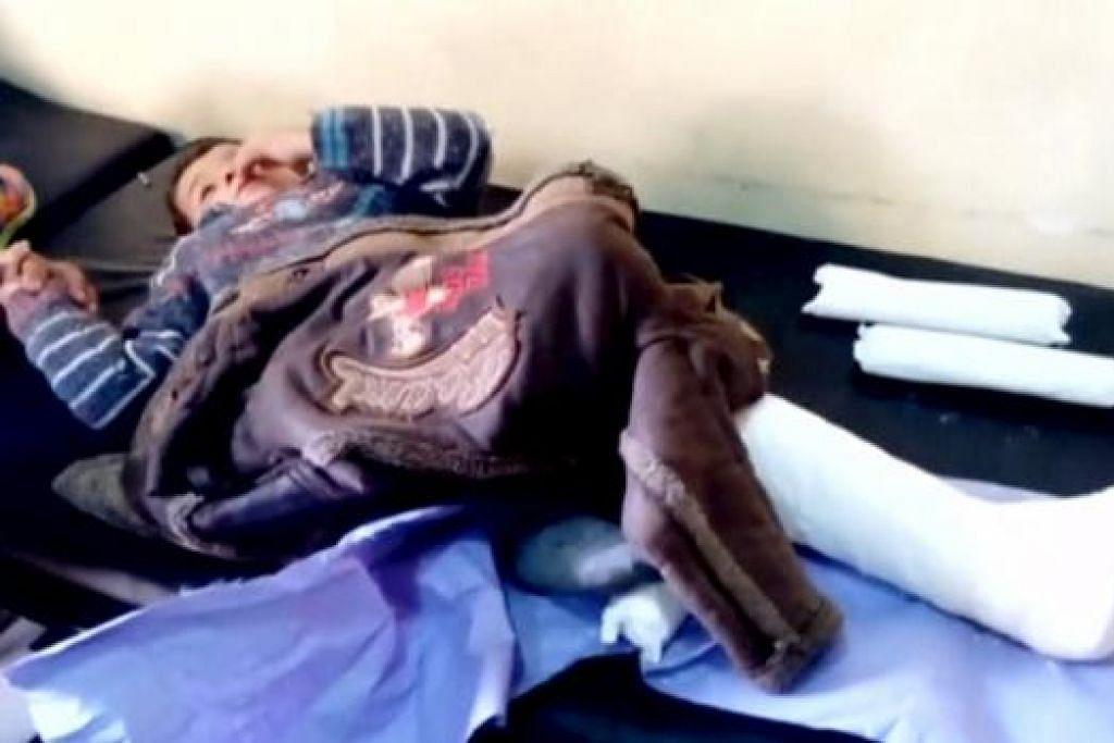 MANGSA SERANGAN: Seorang budak lelaki patah kaki ekoran satu serangan ke atas sebuah hospital di daerah Azaz, Aleppo, kelmarin. - Foto REUTERS