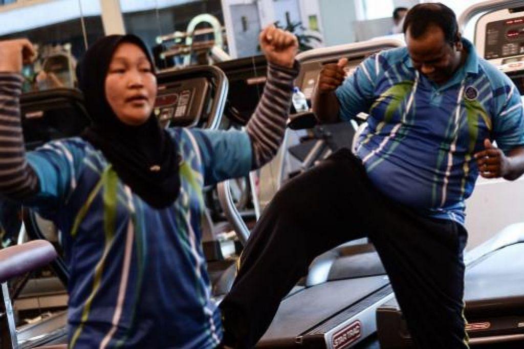 Sebahagian daripada pegawai polis Malaysia yang didapati gemuk sedang bersenam di bawah program melangsing dan mencergaskan badan di ibu pejabat polis di Kuala Lumpur. Gambar AFP
