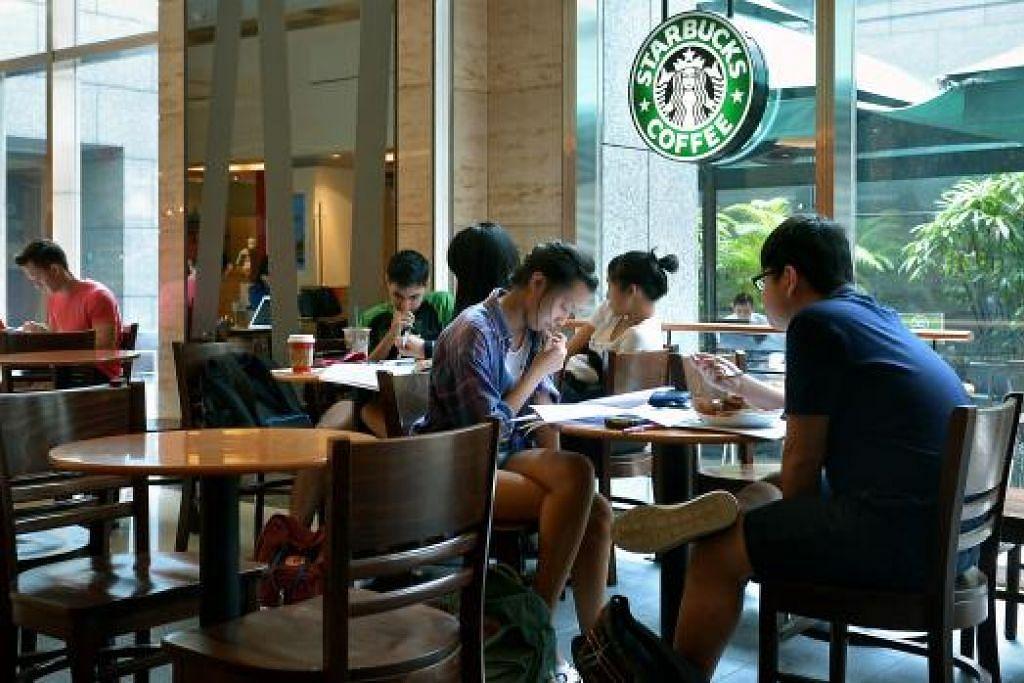 Kajian di Britain mendapati minuman mocha coklat putih dengan krim putar dan coklat panas Starbucks - kedua-dua turut dijual di Singapura - masing-masing mengandungi gula sebanyak 18 dan 15 sudu teh. Gambar fail ST