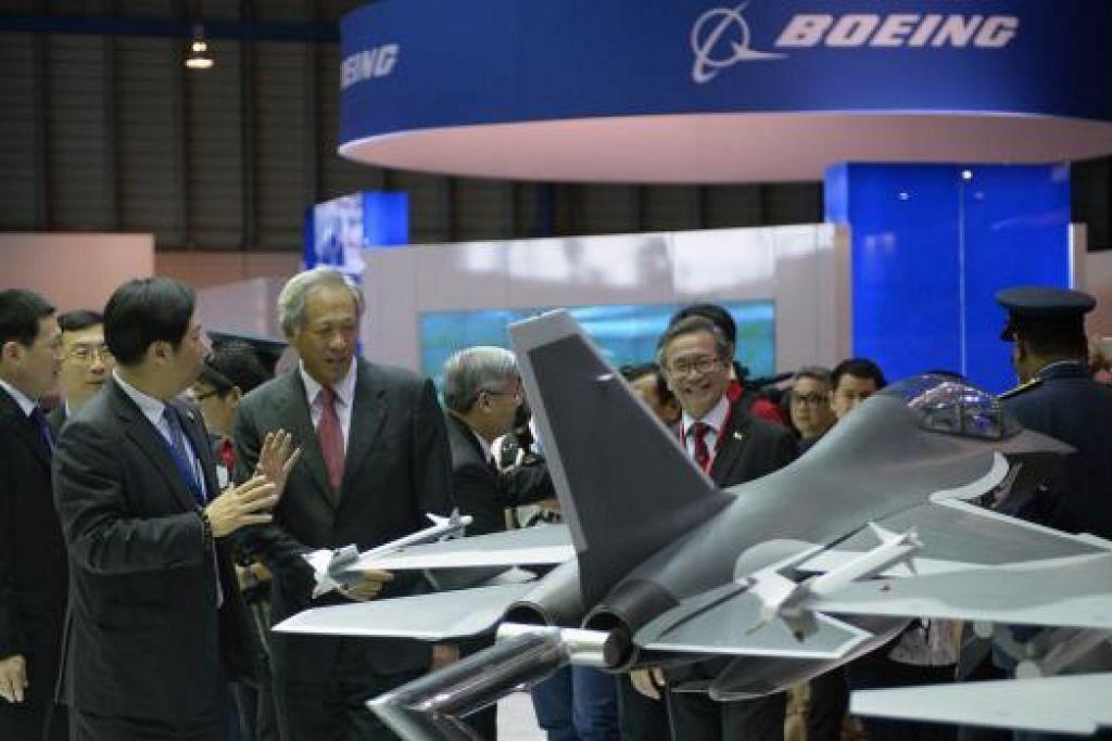 Perjanjian antara FAA dan CAAS ditandatangani sempena Pertunjukan Udara Singapura 2016, yang dihadiri Menteri Pertahanan Ng Eng Hen, yang kelihatan sedang melihat model pesawat di kios Boeing pada Selasa (16 Feb). Gambar ST