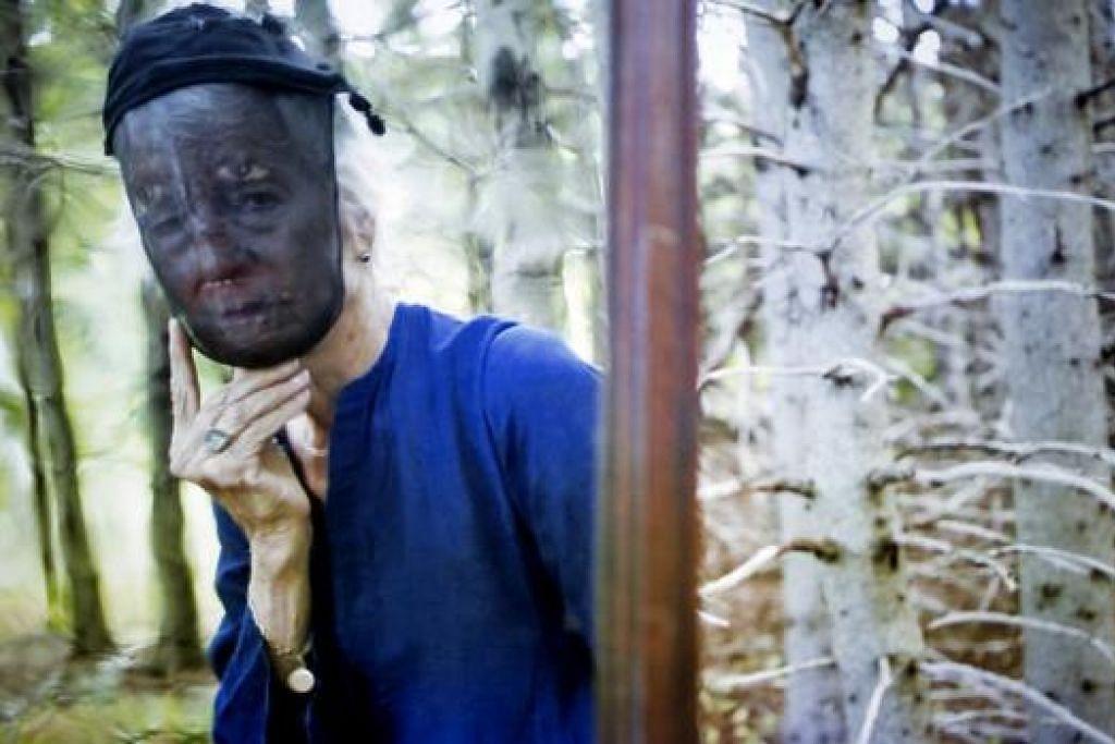 JOAN JONAS: Artis perintis seni persembahan dan video dari Amerika Syarikat ini menggunakan beberapa kisah hantu secara kreatif bagi menerokai kerapuhan alam semula jadi dalam dunia yang pesat berubah menerusi pamerannya, They Come To Us Without A Word. - Foto PUSAT SENI KONTEMPORARI UNIVERSITI TEKNOLOGI NANYANG (NTU)