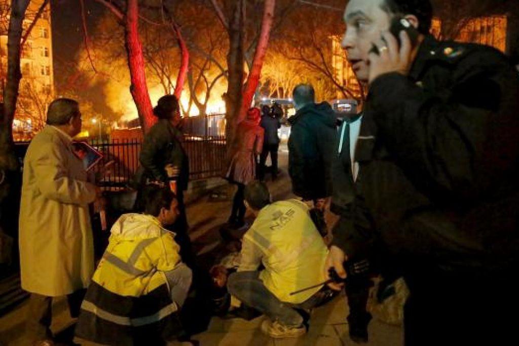 Pekerja kecemasan membantu mangsa yang cedera dalam serangan di Ankara di Turkey pada Rabu (17 Feb). Gambar REUTERS