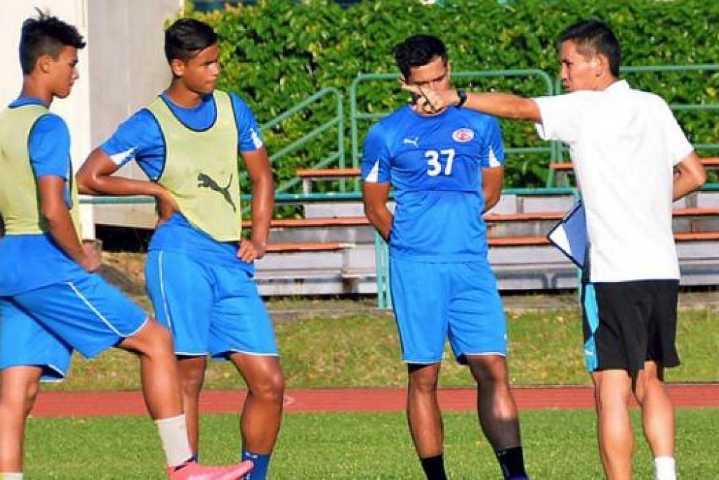 INGIN BUKTI KEUPAYAAN: (Dari kiri) Ikhsan dan Irfan serta seorang rakan sepasukan mendengar arahan jurulatih Phillipe Aw (berbaju putih) semasa latihan di Stadium Yishun baru-baru ini. - Foto KHALID BABA