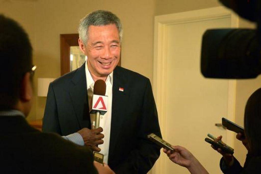 BERTEMU MEDIA SINGAPURA: PM Lee Hsien Loong bercakap kepada wartawan Singapura selepas puncak AS-Asean di California, semalam. - Foto THE STRAITS TIMES
