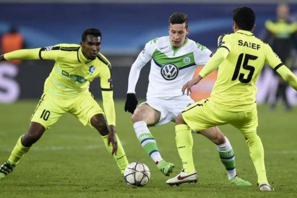 Pemain Gent, Renato Neto (kiri) dan Kenneth Saief, bersaing dengan pemain Wolfsburg, Julian Draxler, semasa perlawanan Liga Juara-Juara mereka di Ghelamco Arena di Gent pada Rabu (17 Feb). Wolfsburg menang 3-2. Gambar AFP