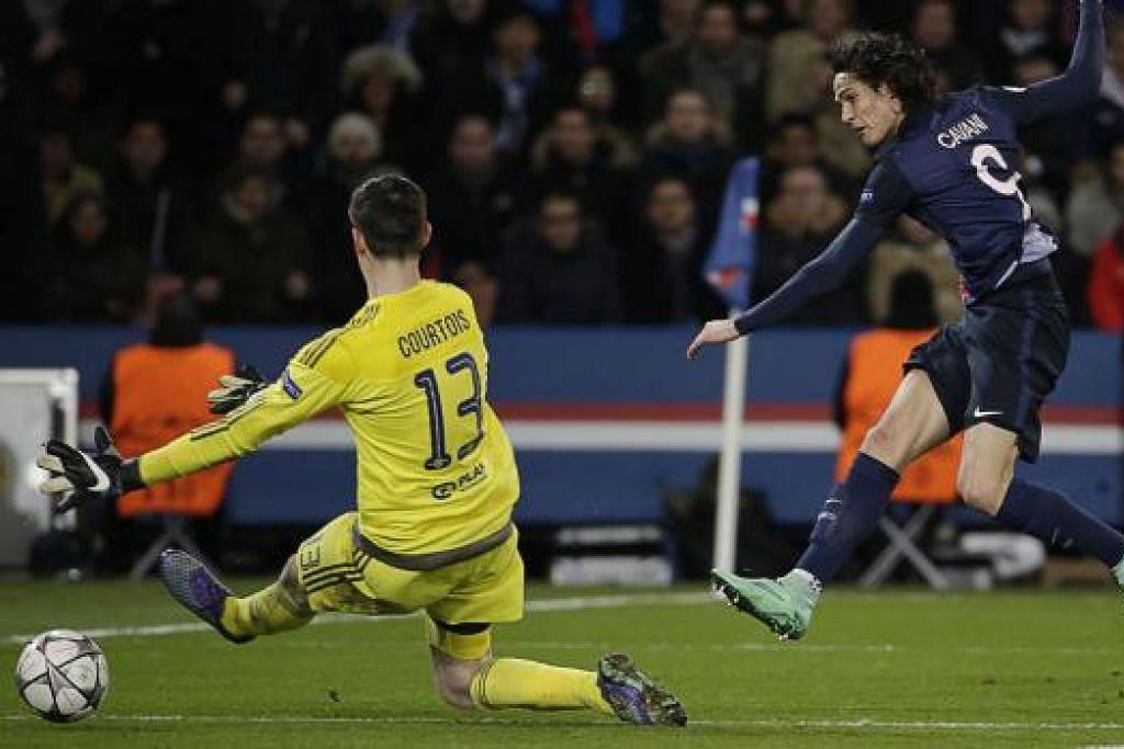 Penyerang Uruguay Paris Saint-Germain, Edinson Cavani (kanan), menewaskan penjaga gawang Chelsea dari Belgium, Thibaut Courtois, dalam kemenangan 2-1 PSG ke atas Chelsea  di stadium Parc des Princes stadium di Paris pada Selasa (16 Feb). Gambar AFP