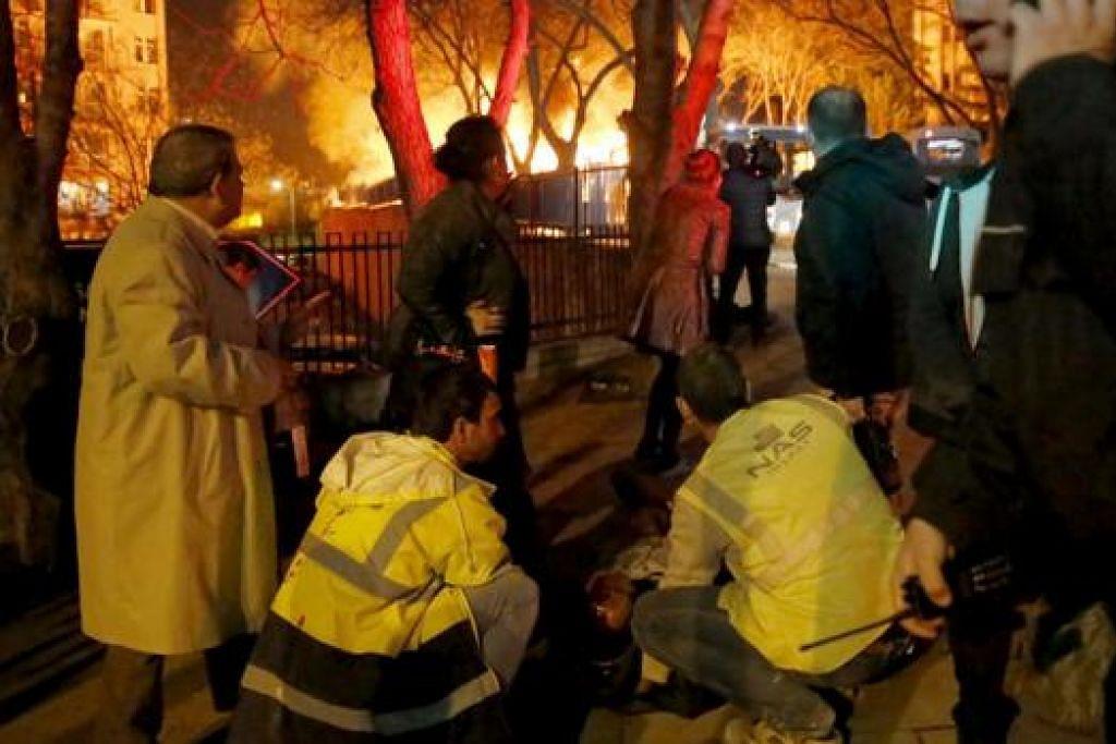 BERIKAN RAWATAN: Para pegawai perubatan membantu seorang yang cedera dekat tapak serangan bom di Ankara, semalam. – Foto REUTERS