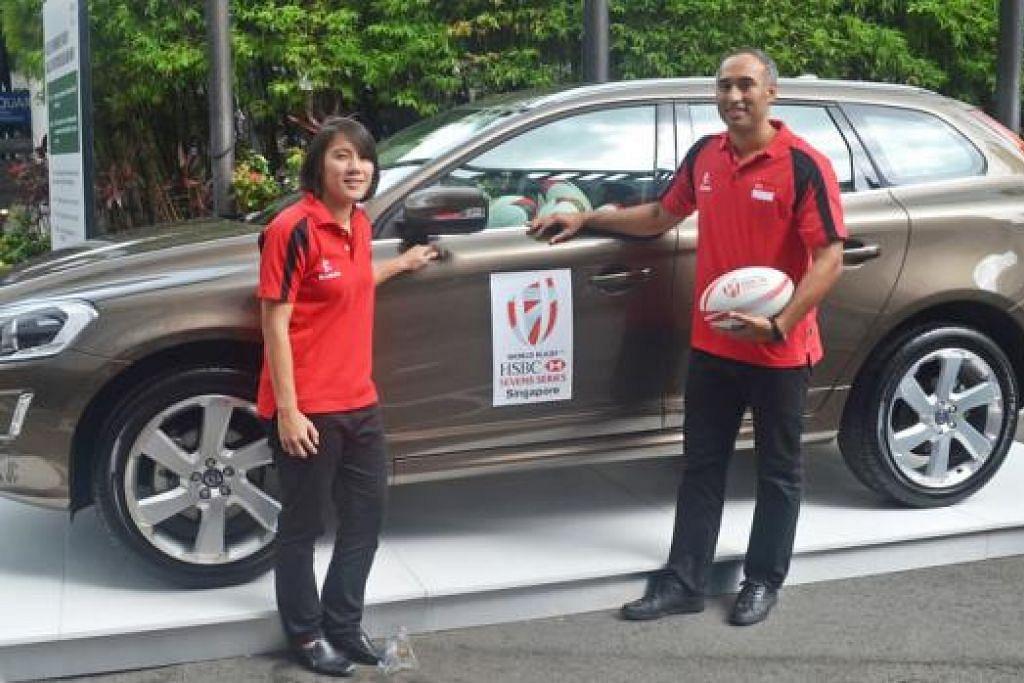 YAKIN: Kapten skuad ragbi tujuh sepasuk lelaki dan wanita negara, Alvina Ow dan Daniel Marc Chow, bergambar bersama kereta Volvo yang menjadi Kereta Rasmi kejohanan SEA 7s. - Foto RUGBY SINGAPORE PTE LTD