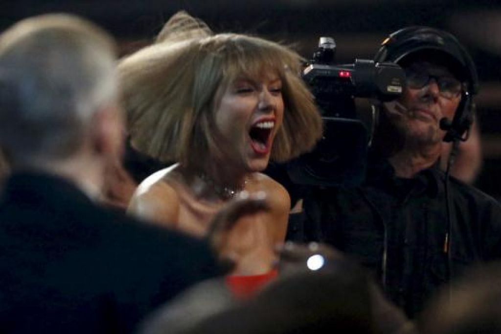 REAKSI GEMBIRA: Penyanyi Taylor Swift terlalu gembira mendengar kawan baiknya, Ed Sheeran, meraih Anugerah Grammy ke-58. - Foto REUTERS