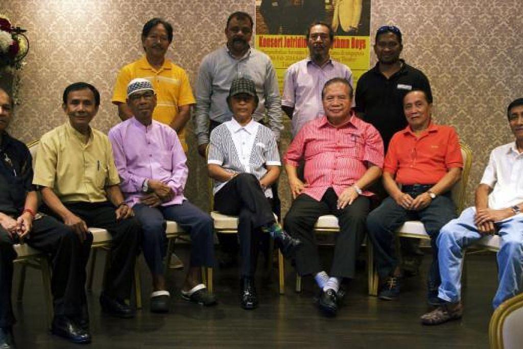 KENANGAN BERSAMA: Datuk Jeffrydin (tengah) bersama anggota The Rhythm Boys berkongsi kenangan manis zaman muda pada satu sesi makan bersama dengan pihak penganjur Cendawan Kembang Singapura, Encik Latiff Jaafar (di sebelah kanan Jeffrydin). - Foto THE RHYTHM BOYS