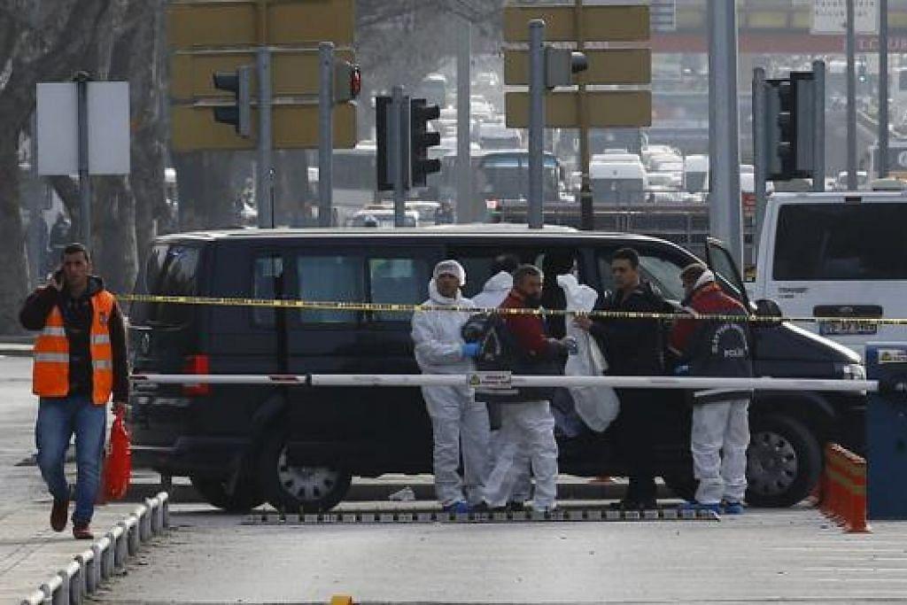 JALANKAN SIASATAN: Sekumpulan pakar forensik tiba di tempat kejadian melakukan siasatan. - Foto REUTERS