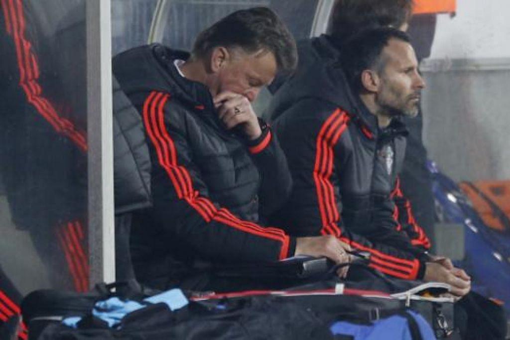 Pengurus Manchester United, Louis van Gaal (kiri), kelihatan kecewa bersama penolong pengurus Ryan Giggs semasa perlawanan Liga Europa menentang FC Midtjylland di Denmark pada Khamis (18 Feb) yang berakhir dengan United tewas 2-1. Gambar REUTERS