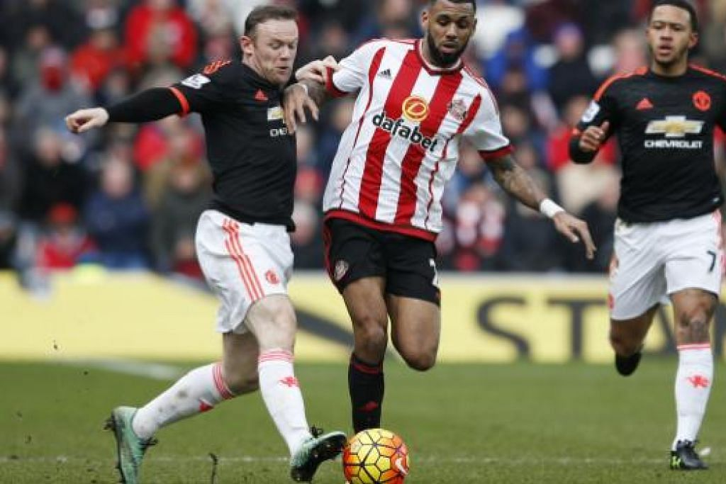 Wayne Rooney (kiri) tidak akan turun padang hingga dua bulan akibat kecederaan ligamen lutut, yang dipercayai bertambah teruk semasa perlawanan Manchester United menentang Sunderland ini pada Sabtu, 13 Feb. Gambar REUTERS