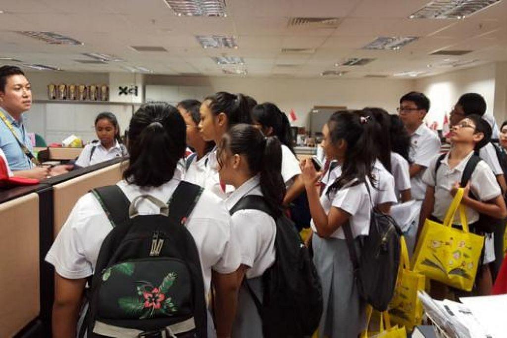 TEKUN MENDENGAR:Pelajar Sekolah Menengah Edgefield tekun mendengar perkongsian daripada wartawan BH, Encik Hairianto Diman, semasa mengunjungi pejabat Berita Harian kelmarin. - Foto NUR DHUHA ESOOF