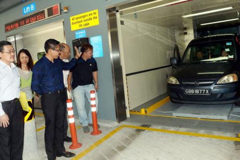 LEBIH SELESA: Dr Maliki menyaksikan pemandu menggunakan MPS di Changi Village yang menyediakan lebih banyak ruang tempat letak kereta di kawasan tersebut. - Foto TAUFIK A. KADER