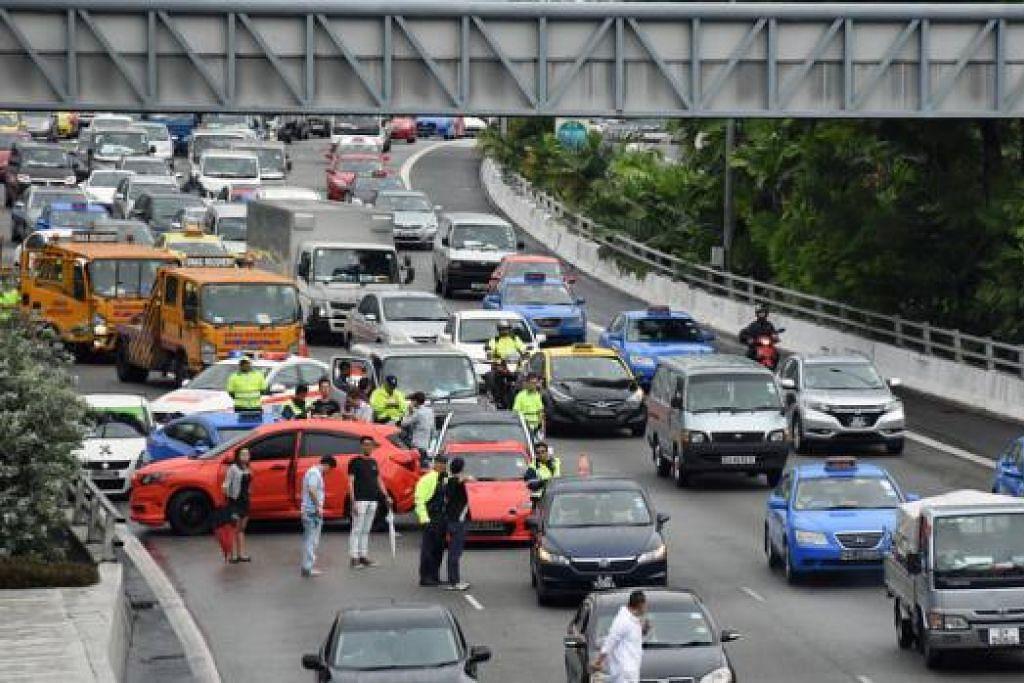 BEBERAPA KENDERAAN TERLIBAT: Kesesakan teruk berlaku ekoran kemalangan di jalan masuk Terowong Cairnhill pagi semalam. - Foto THE STRAITS TIMES