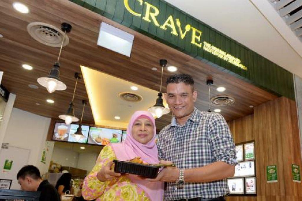 LEGASI KELUARGA: Encik Abdul Malik Hassan mendapat sokongan ibunya, Cik Aminah, untuk meluaskan perniagaan nasi lemak ke cawangan di pusat beli-belah termasuk yang terbaru di Bedok Mall. - Foto-foto TUKIMAN WARJI