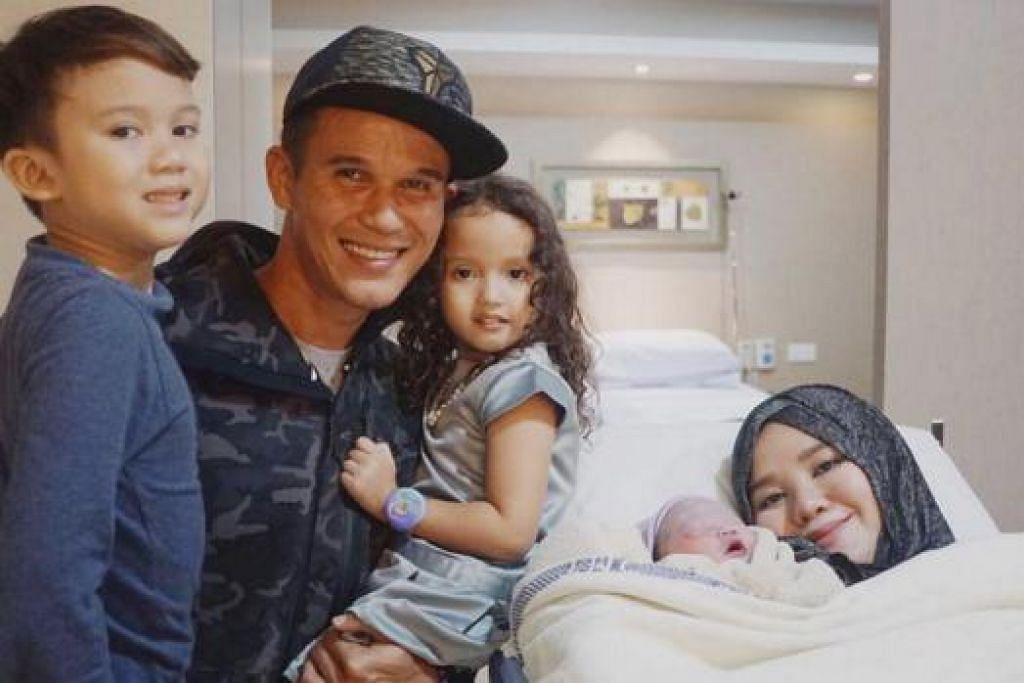 KINI LIMA SEKELUARGA: Baihakki dan Norfasarie bergambar dengan anak-anaknya (dari kiri) Mika Bazil, Moza Alyka dan cahaya mata ketiga di hospital kelmarin.- Foto ihsan BAIHAKKI KHAIZAN