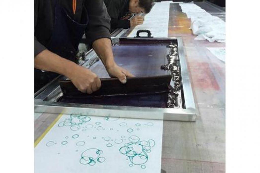HASIL KARYA BERSAMA: Corak tenugui menjalani proses pencetakan kasa atau screen printing dengan menggunakan tangan di Gujo, Jepun. - Foto TUKIMAN WARJI