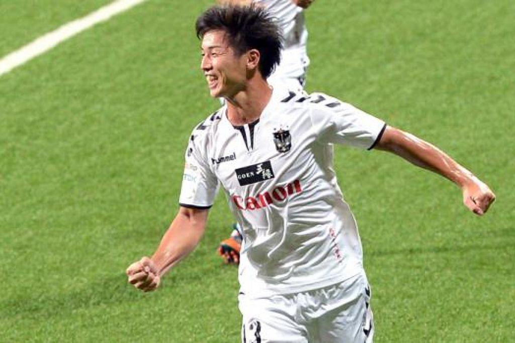 WIRA GOL: Atsushi Kawata menjaringkan empat gol bagi membantu Albirex Niigata membelasah Garena Young Lions 5-0 di Stadium Jalan Besar kelmarin. - Foto TNP