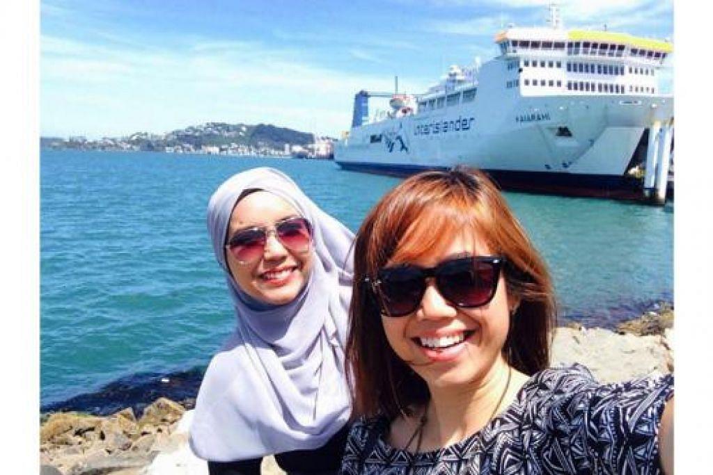 RAKAM GAMBAR KENANGAN: Penulis (kanan) dan temannya Cik Zahirah Raihan, mengambil gambar sebelum menaiki kapal peleseran Interislander dari Wellington ke Picton. - Foto LYNA HANIS