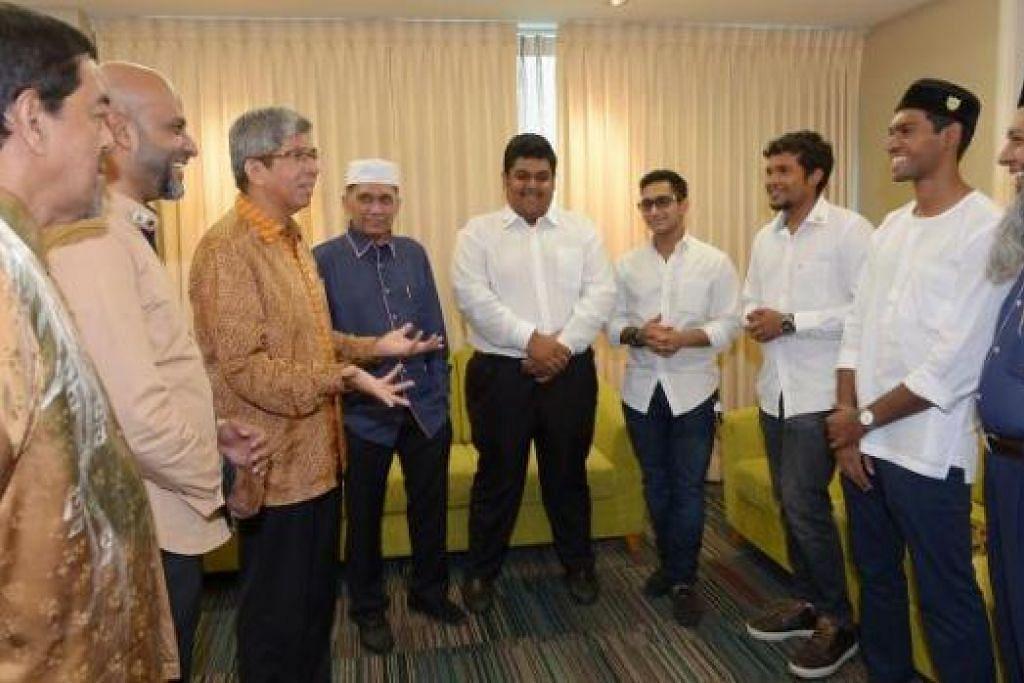 IKTIRAF SUMBANGAN: Dr Yaacob dan pengerusi Masjid Bencoolen Encik Mohamed Abdul Jaleel, (empat dari kiri) berbual dengan warga Masjid Bencoolen, termasuk beberapa sukarelawan belia. - Foto TUKIMAN WARJI