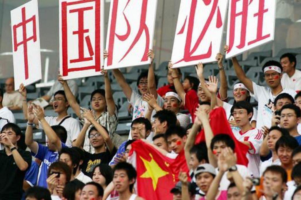 SEMANGAT CHINA: Penyokong pasukan China menjulang semangat kewarganegaraan di Stadium Negara ketika berlangsungnya saringan Piala Asia pada 2006. - Foto fail ZAINAL YAHYA