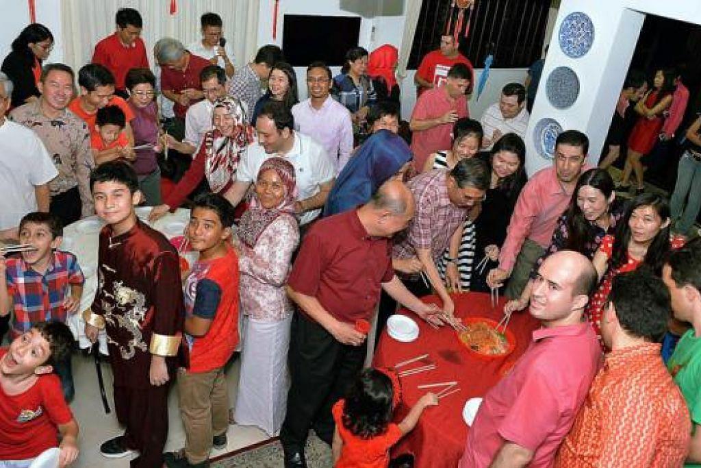 KONGSI RAYA: Masyarakat Turkey di Singapura berhimpun di Pusat Budaya Turkey untuk meraikan Tahun Baru Cina bersama rakan berbangsa Cina kelmarin. - Foto KHALID BABA