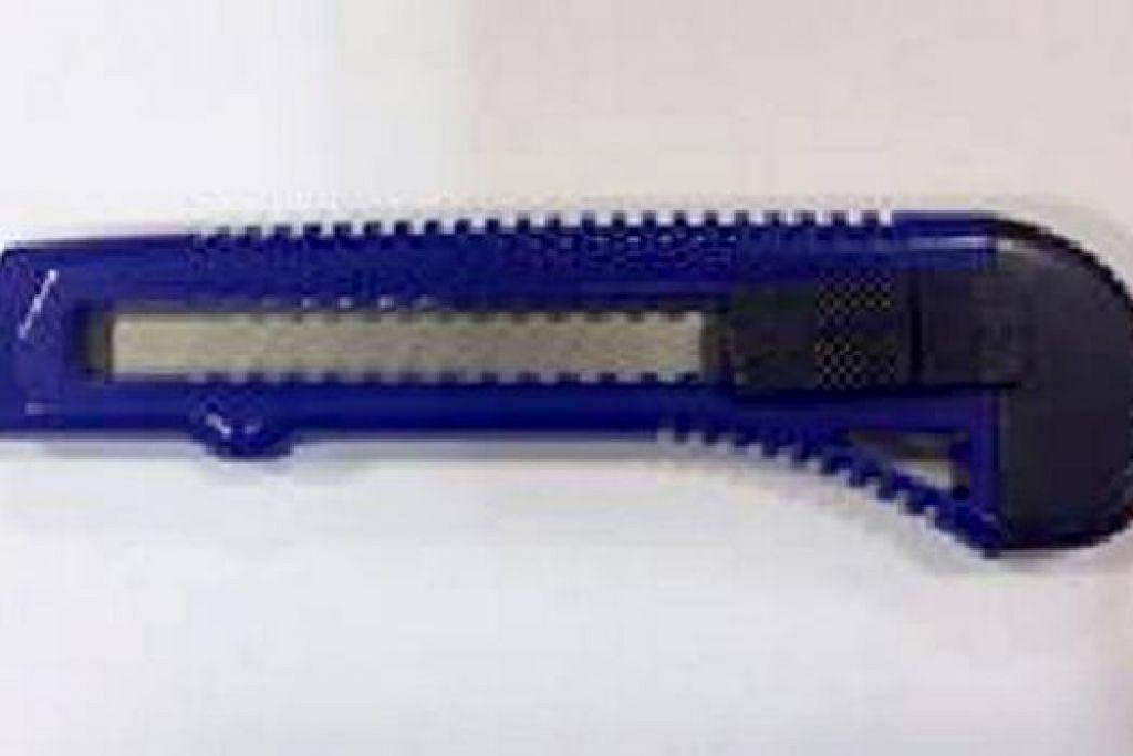 BEG MANGSA DAN PISAU: Inilah beg mangsa dan pisau yang digunakan perompak. - Foto SPF