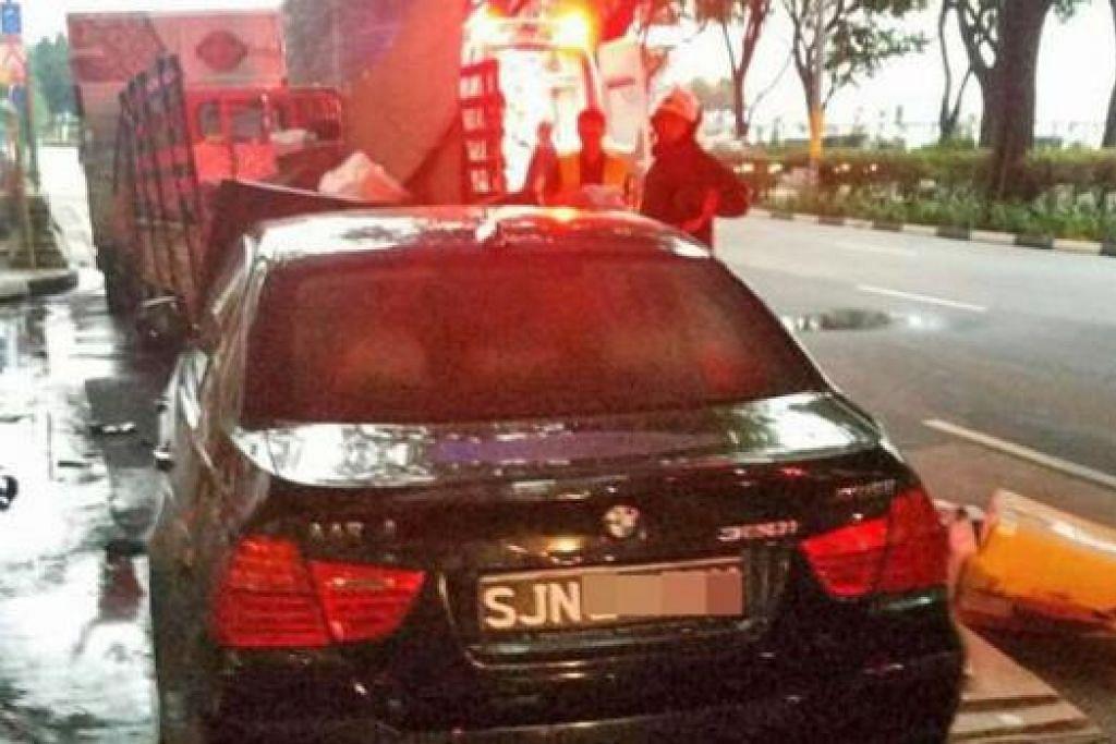 NAHAS NGERI: Kereta BMW ini merempuh sebuah lori menyebabkan seorang wanita berusia 61 tahun terkorban. - Foto SHIN MIN DAILY NEWS