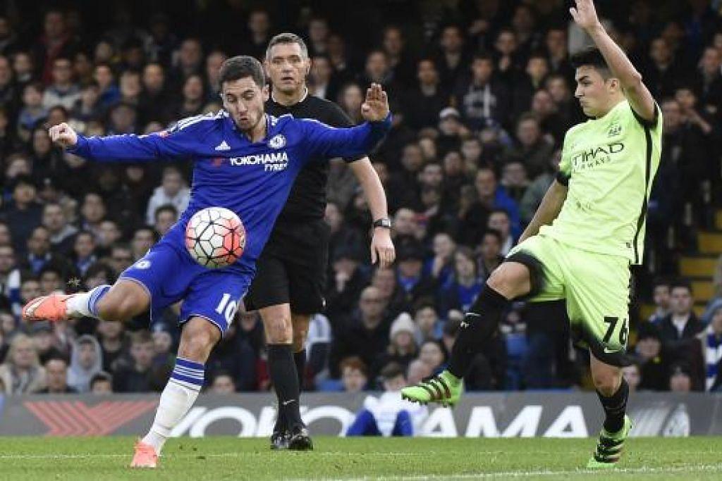 Eden Hazard (jersi biru) menyumbatkan satu gol dan membantu Chelsea menjaringkan dua lagi dalam kemenangan 5-1 mereka ke atas Manchester City dalam perlawanan pusingan kelima Piala FA di Stamford Bridge pada Ahad (21 Feb). Gambar REUTERS