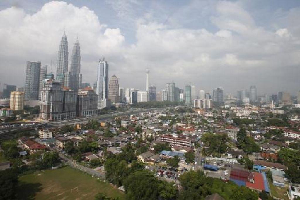 """Jurucakap Kementerian Luar Malaysia berkata """"tiada apa-apa hendak ditakutkan"""" sebagai respons kepada amaran perjalanan Australia kepada rakyatnya bahawa serangan pengganasan mungkin berlaku di dalam dan sekitar Kuala Lumpur (atas). Gambar REUTERS"""