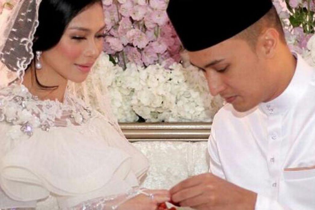 DARI ALAM SIBER KE JENJANG PELAMIN: Anzalna Nasir disarungkan cincin oleh suaminya, Mohamad Hanif Mohamad Zaki, yang dikenalinya di laman siber sedekad yang lalu. - Foto INSTAGRAM ANZALNA