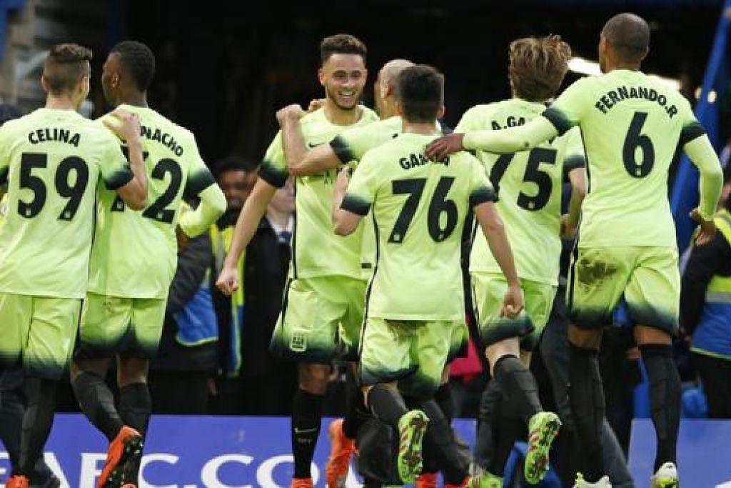 JADI SASARAN: Pemain Manchester City meraikan gol penyamaan David Faupala (menghadap kamera) ketika menentang Chelsea di Stamford Bridge kelmarin. Tanpa mereka sedari, tiga objek dibaling ke arah mereka. Tidak diketahui adakah ada pemain cedera dalam kejadian itu. - Foto REUTERS
