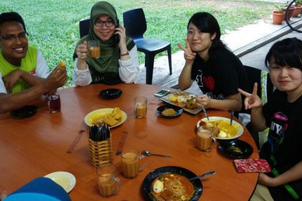 NIKMATI SARAPAN: (Dari kanan) Cik Kaho dan Cik Sakura bersarapan di kedai makan kejiranan dengan Cik Keiko dan suaminya, Encik Yacob Hussain. - Foto-foto ihsan SHAIK KADIR