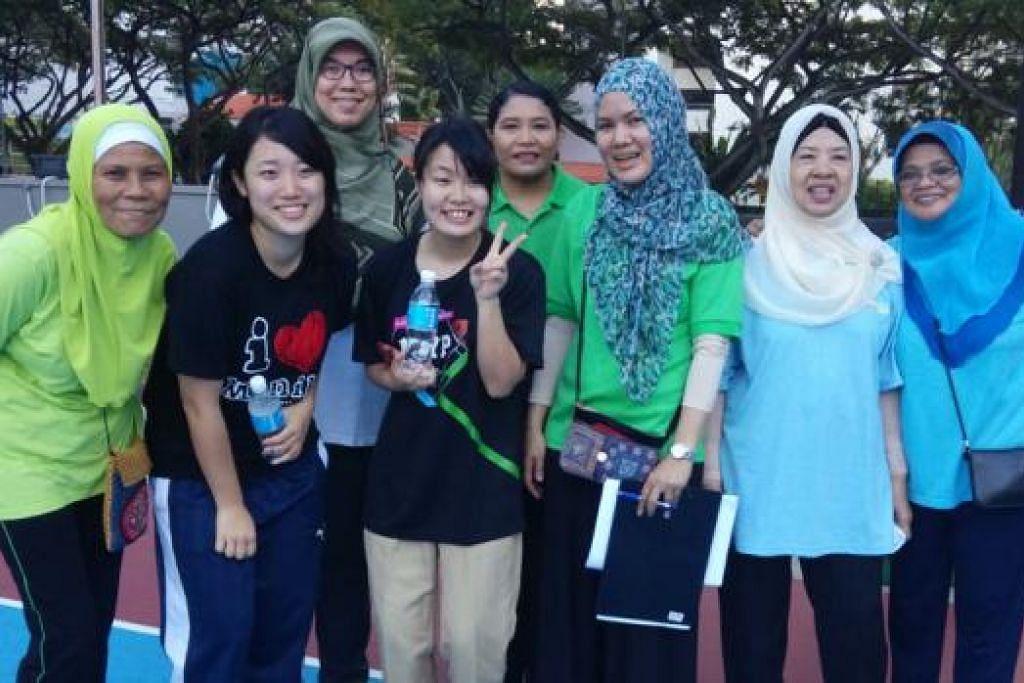 SERTAI 'BRISKWALK': Cik Sakura (dua dari kiri) dan Cik Kaho dengan beberapa anggota briskwalk. Yang berdiri di belakang gadis Jepun ialah Cik Keiko Soeda (kiri), seorang Jepun Muslim.