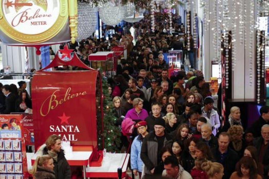 KUASA MEMBELI: Ribuan penduduk Amerika membanjiri pasar raya Macy di Herald Square di New York semasa sambutan Thanksgiving tahun lalu. Adakah senario seperti ini akan berkurangan memandangkan jangkaan ekonomi Amerika semain pudar? - Foto fail