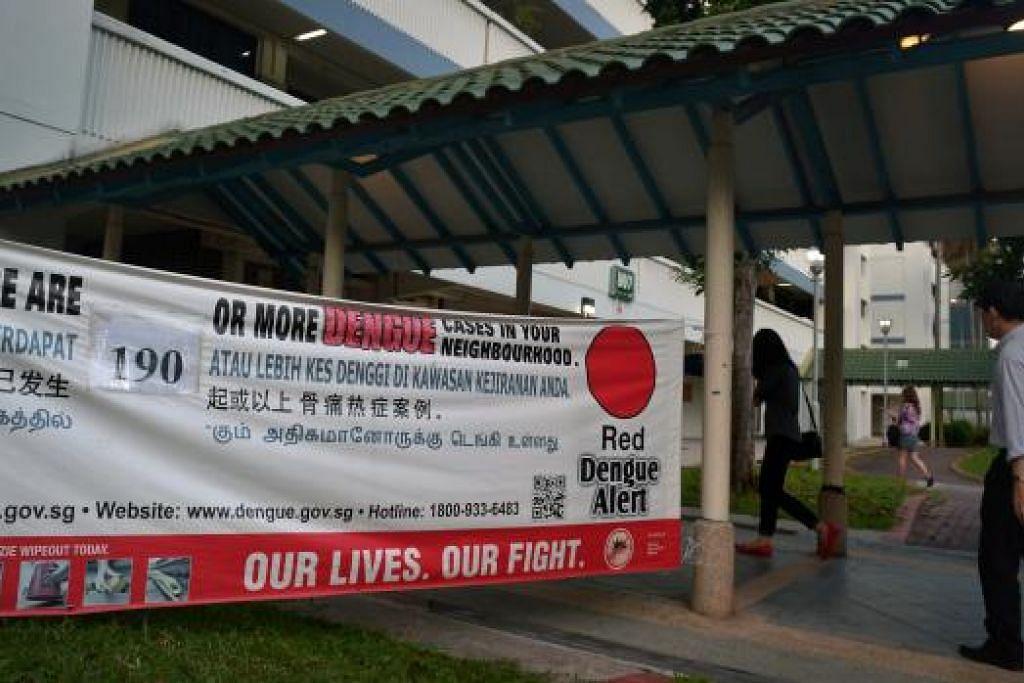 Kain rentang memapar jumlah kes denggi di Tampines Ave 4 pada Januari. Ia kini tidak lagi merupakan kelompok denggi terbesar di sini. Gambar ST