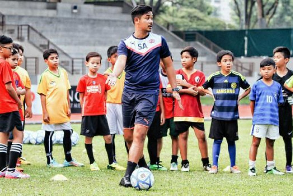 MEMBINA KEPERCAYAAN PEMAIN: Jurulatih bola sepak Kelab Bola Sepak Home United, Syed Azmir Syed Azman, mengambil masa sekitar dua tahun bagi membina kepercayaan dan keyakinan di kalangan pemain belia bahawa beliau adalah jurulatih yang serius ingin membimbing mereka. - Foto HOME UNITED FC