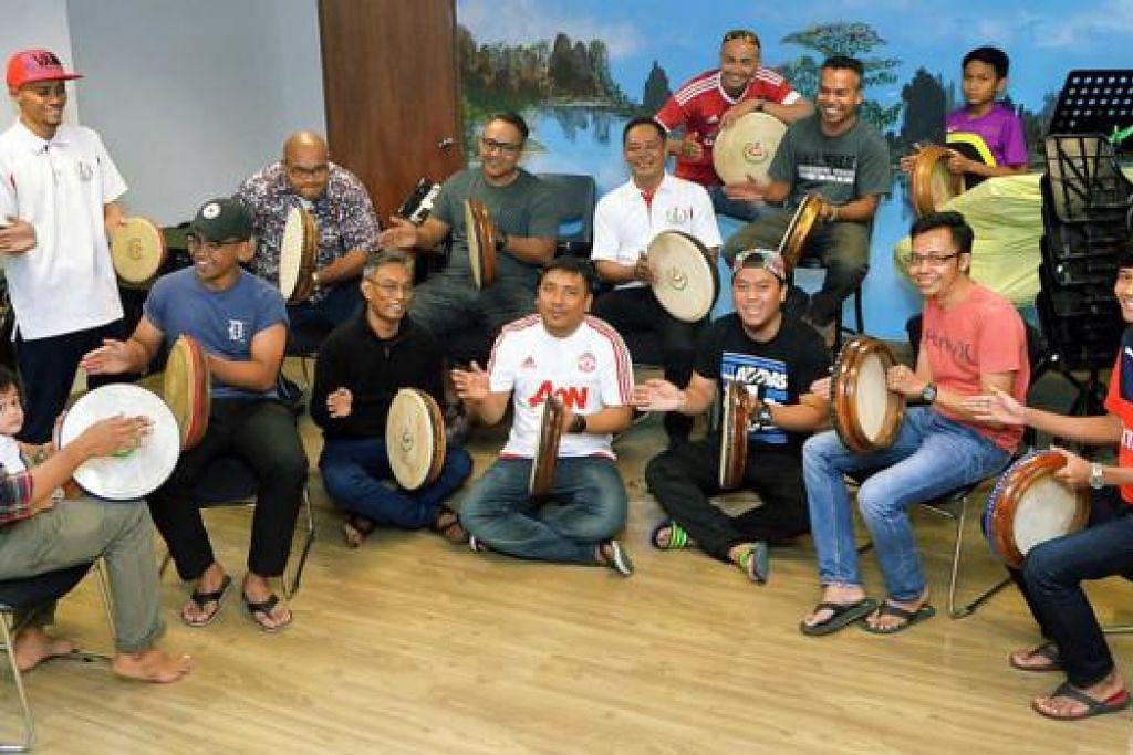 LESTARI SENI KOMPANG: Encik Azmi (barisan depan, empat dari kanan) bersama kumpulan kompang Nurul Ihsan berkumpul setiap hujung minggu untuk berlatih bermain kompang bersama. - Foto KHALID BABA